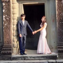 Kjærligheten blomstrer i Angkor Wat, et nygift par blir fotografert.