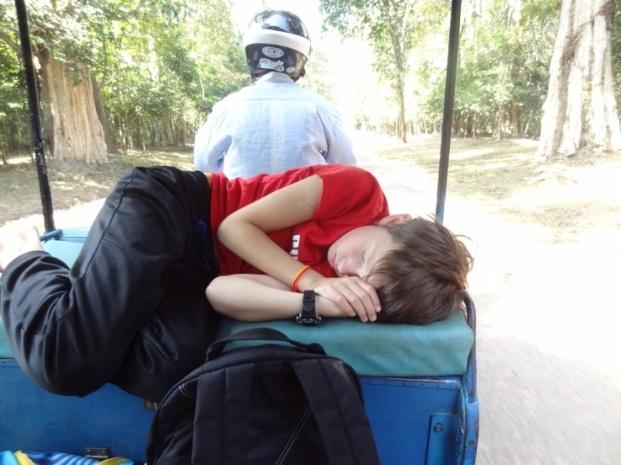 Sliten kar som kan sovne overalt, også på en tuktuk.