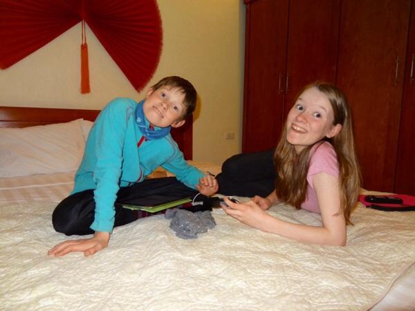 Isak og  Kaisa var fornøyd med de to rommene våre, rent og pent, og godt med plass!