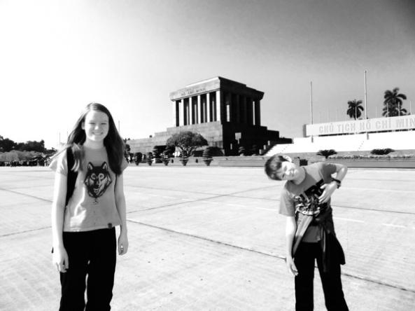 Kaisa og Isak foran Ho Chi Minh mausoleet