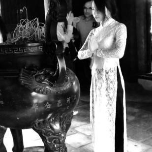 Student ber om hell og lykke i hellig tempel