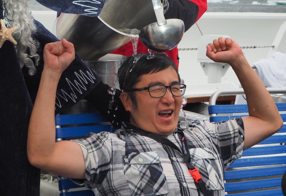 Xie Tian fra Kina får seg en kalddusj