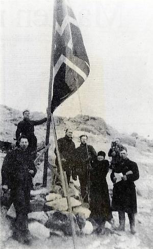 Caroline Mikkelsen heiser det norske flagget ved varden på Ingrid Christensen Land. Hennes mann Klarius Mikkelsen holder tale. Foto: Norsk Polarinstitutt
