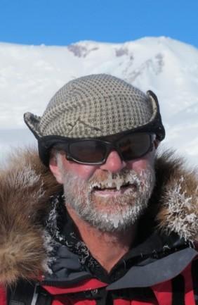 Stein P. Aasheim foran fjellet oppkalt etter Don Pedro Christophersen. Jubileumsekspedisjon til Sørpolen 2011. Foto: Norsk Polarinstitutt