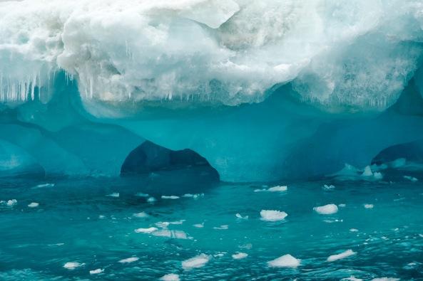 isfjell med blåis