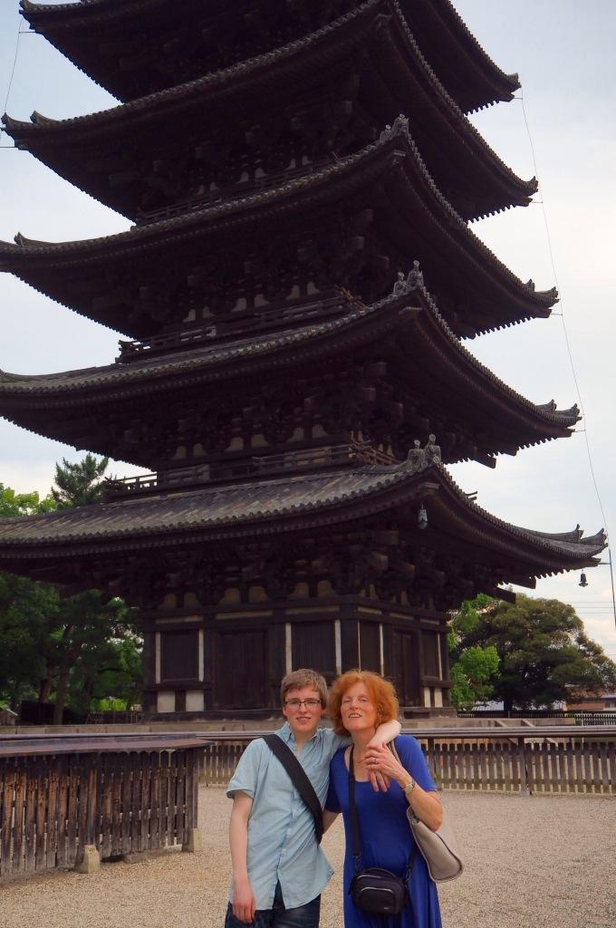 Olav og Kirsten foran Five story Pagoda,