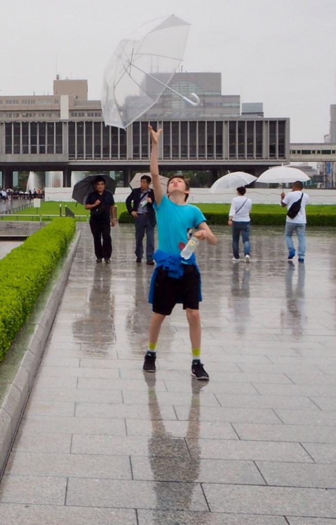 Isak trikser med paraply