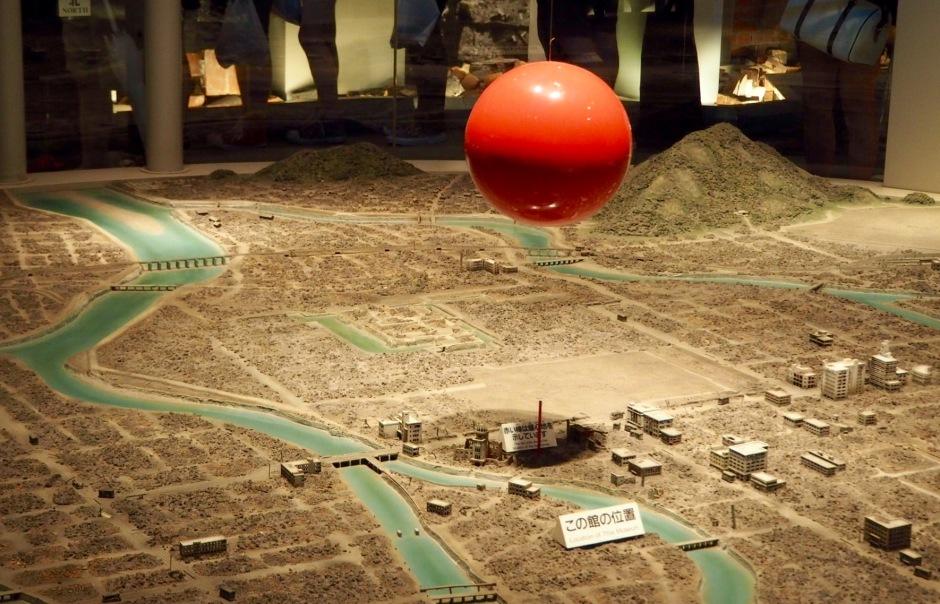 Installasjon som viser hvor atombomben eksploderte, og ruiner som sto igjen.
